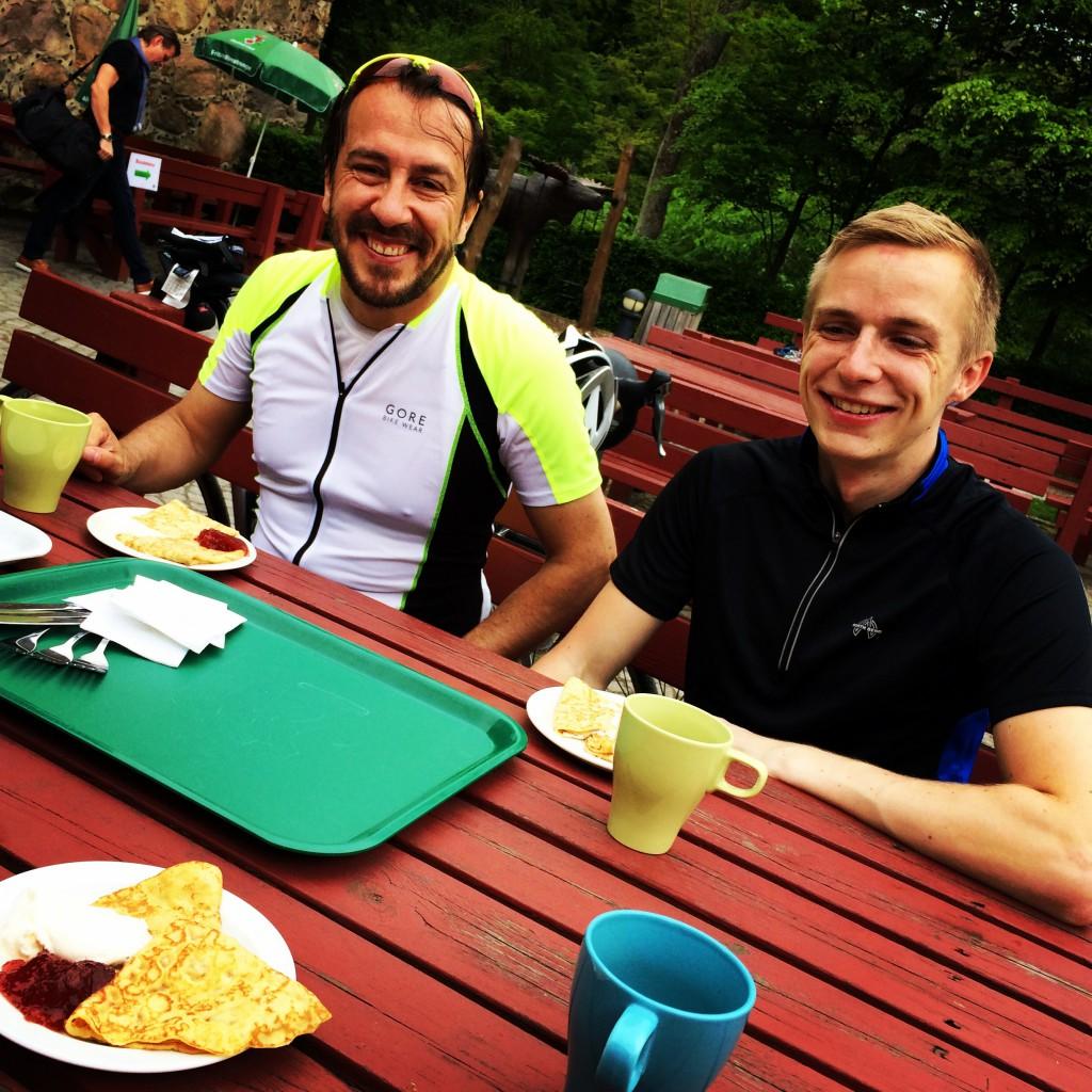 Carlos, Jens och en laddning pannkakor och kaffe.
